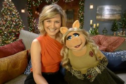 Jennifer Nettles - with Ms. Piggy - 1 (small) promo pic