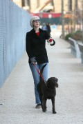 Энн Хэтэуэй, фото 5932. Anne Hathaway 'Walking her dog in Brooklyn', february 5, foto 5932