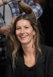 Жизель Бундхен, фото 2304. Gisele Bundchen prepares backstage at the Alexander Wang Fall 2012, february 11, foto 2304