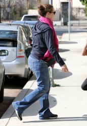 Дженнифер Гарнэр, фото 8427. Jennifer Garner picking up her daughters from ballet class in Santa Monica, february 18, foto 8427