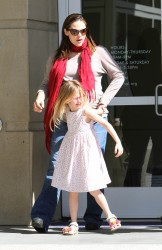 Дженнифер Гарнэр, фото 8436. Jennifer Garner takes her daughters to a public library, Santa Monica, february 23, foto 8436